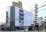 大阪本社外観です。ご来社の場合は正面の公園が目印です