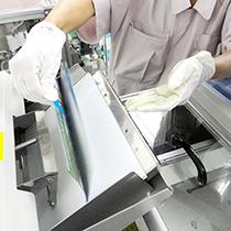 ジャケット印刷物に問題なければ自動機にセットします