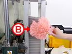 資材を入れる時も、静電気除去ホウキを使って静電気の発生を抑えます。