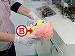 資材を入れる前も、資材を静電気除去ホウキを使用して静電気の発生を抑えます。