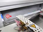 パッケージ後の商品にホコリがつかないように、排出部分にも静電気除去シートを設置
